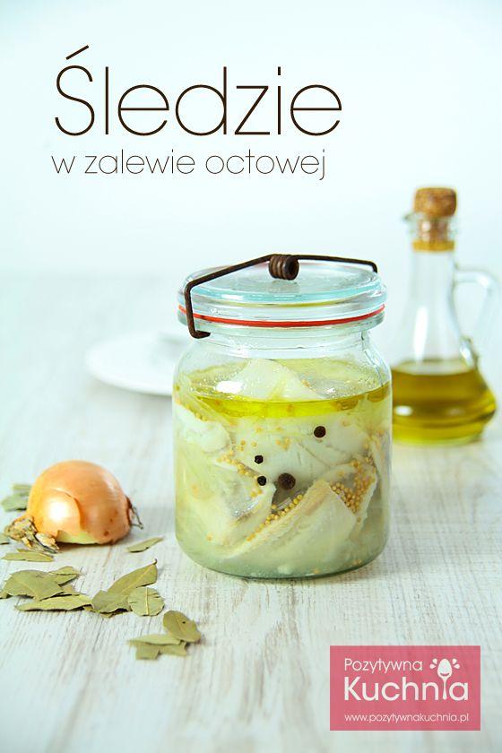 Śledzie w zalewie octowej - #przepis na #sledzie w zalewie z dodatkiem oleju, ziół i przypraw.  http://pozytywnakuchnia.pl/sledzie-w-zalewie/   #kuchnia #przekaski #sniadanie #kolacja