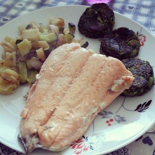 filetto di salmone con contorno di verdure miste