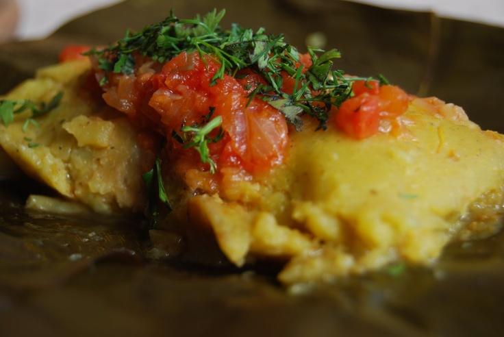Desayuno Bogotano: Tamal, Pandeyuca, Buñuelo o Croissant, Jugo Natural, y Bebida Caliente.