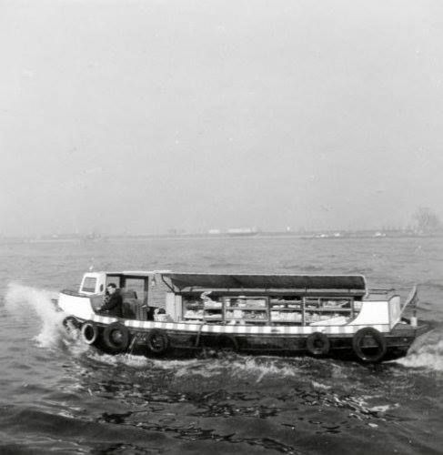 Een parlevinker in de haven van Rotterdam. Nederland, maart 1961.