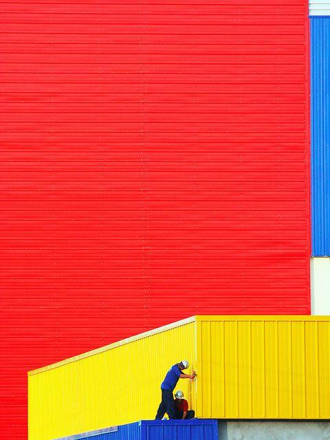 het kleur gebruik in deze afbeelding zorgt voor een mooi beeld hoewel het alleen de basis kleuren zijn is de compositie en kleur gebruik prachtig