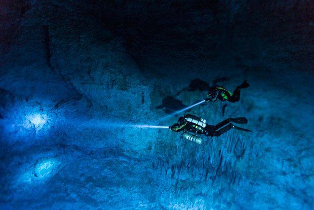 """Susan Bird e Alberto Nava mergulhando em caverna de Yucatan Fotos: © Reprodução Discoverynews (Fonte e Estória Completa: Discovery Notícias  """"Mergulho em caverna revela o mais antigo esqueleto americano"""" http://noticias.discoverybrasil.uol.com.br/mergulho-em-caverna-revela-o-mais-antigo-esqueleto-americano/)"""