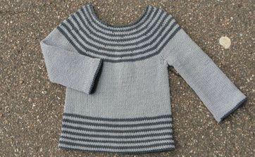 Den hedder godt nok Magnus' bluse, meeen han deler nok gerne den fine bluse med både andre drenge og piger i vuggeren og børneren. Den strikkes i økologisk bomuld og opskriften er til str. 1, 3 og 5 år.