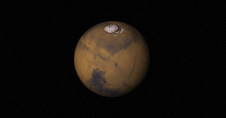 """¿Cómo es el tamaño de Marte en comparación con la Tierra?. Marte se llama el """"planeta rojo"""" debido al polvo de óxido de hierro que le da esa tonalidad. El cuarto planeta desde el Sol es un mundo frío, como puedes esperar, y posee """"agua"""", hasta hoy sólo descubierta en forma de hielo, en sus polos."""