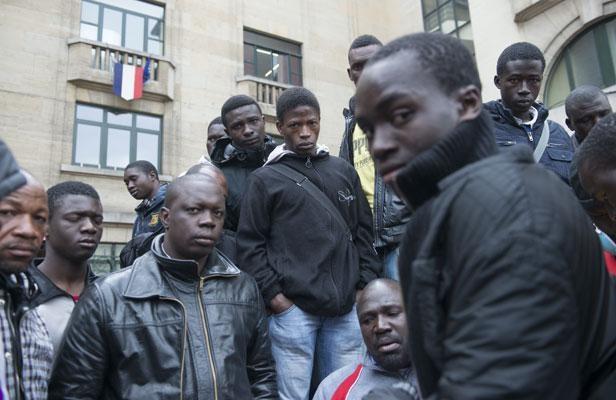 06.05.13 / Montreuil : 90 migrants maliens expulsés / Montreuil, le 6 mai 2013. Regroupés devant la mairie de Montreuil, des migrants  Maliens expulsés de leur squat attendent de trouver une solution pour passer la nuit.