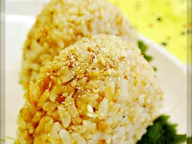 お弁当・朝ごはんに♡鰹節と胡麻のおにぎりの画像