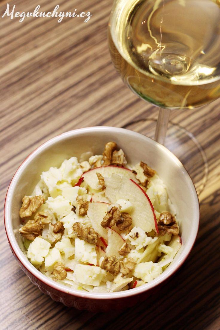 Rychlý fenyklový salát se sýrem a ořechy