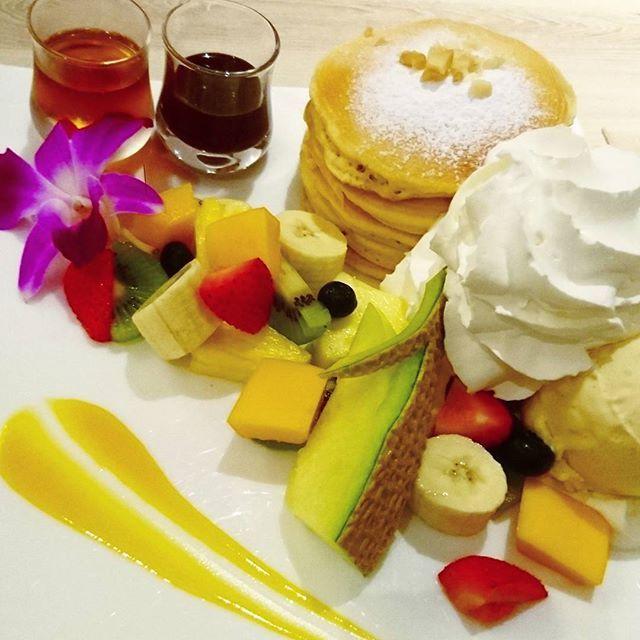 先日食べたハワイアンパンケーキ。 夏はハワイアンフェアーが多いこと。  #品川#品川プリンスホテル#コーヒーラウンジマウナケア#ホテルラウンジ#ハワイアンフェアー#Hawaii#cafe #パンケーキ#よりも#フルーツ#よりマカダミアナッツアイス#一番美味しかった #スイーツ#よりも#肉#食べたい気分