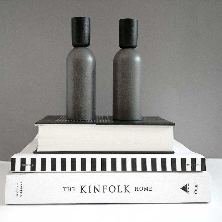 Die dezente Politur des KAAMOS-Kerzenhalters ist ideal, um Licht in die dunklen Abende zu bringen. I Nordic Butik
