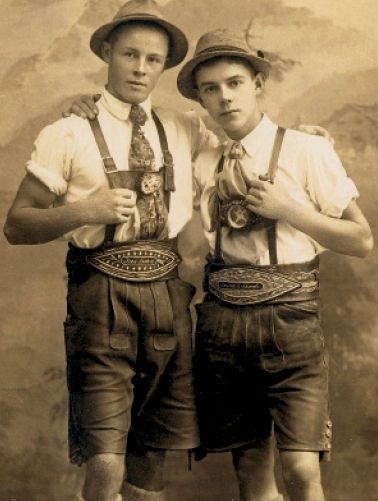 Deux garçons allemands portant une Lederhose traditionnelle dans les années 1890.