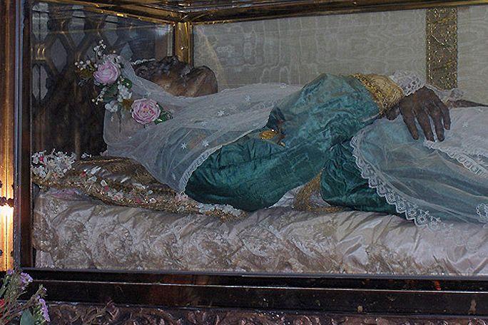 Santa Zita (1212-1272). La patrona de la ciudad de Lucca era trabajadora doméstica y por eso se representa con un balde en la mano. Zita, que provenía de una familia muy pobre, entró desde los 12 años a trabajar para la familia Fatinelli, donde se ganó un lugar importante por su dedicación al trabajo y su ayuda a los pobres. El cuerpo de esta santa italiana permanece en la Basílica de San Frediano, en la ciudad de Lucca, un lugar que visitan varios peregrinos.