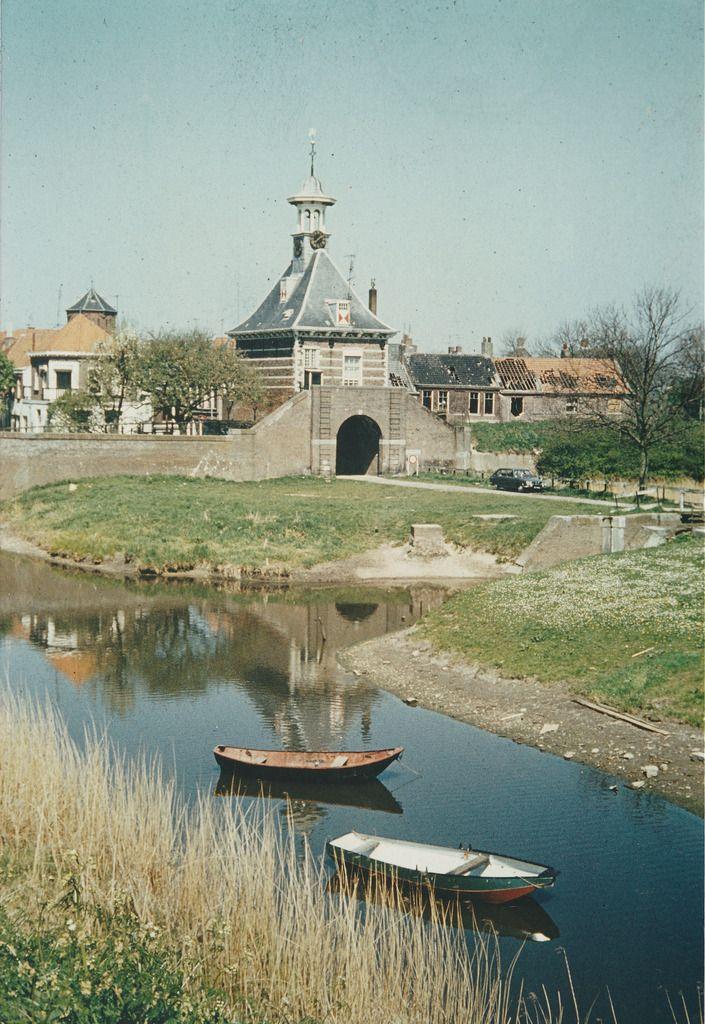Zicht op de zalmhaven en Dalempoort vanaf de Altenawal in Gorinchem. Op de achtergrond Café Gelderland, de Watertoren en rechts de vervallen huizen aan de Dalemwal. | Barry van Baalen