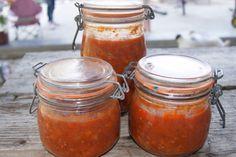 Avec les bonnes tomates du jardin et du bon boeuf haché de mon frère, j'ai réalisé quelques conserves de sauce bolo ! Hummmm ! Pour 4 bocaux 0.5 l 2 gros oignons 250 g de viande hachée 5% de matières grasses 3 grosses carottes coupées en dés 1.5 kg de...