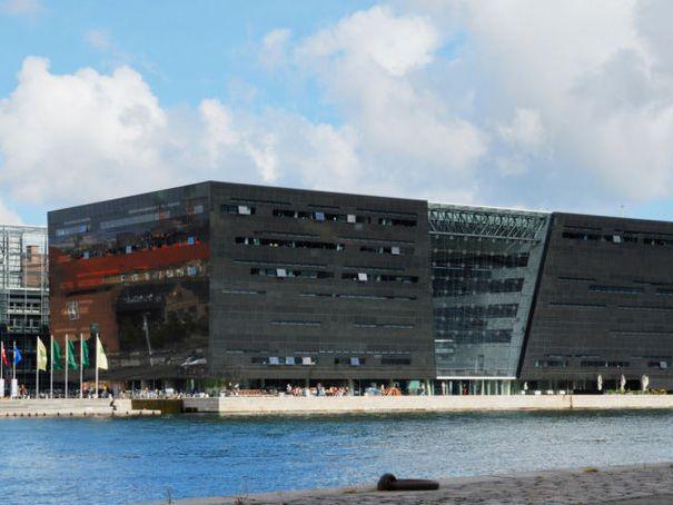 """Bibliothèque Royale de Copenhague (Danemark) Le """"Diamant noir"""", comme on le surnomme en référence à son architecture extérieure et à sa couverture de dalles sombres, est l'oeuvre du danois Per Kirkeby. Ce joyau de culture est le nouveau site d'un complexe réparti sur quatre sites."""