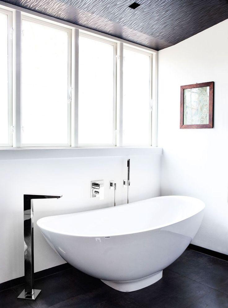 Der er masser af luksusfølelse og hjemmespa-oplevelser at hente i deres badeværelse. Det smukke fritstående badekar er fra Flaminia. Armaturer er fra Dornbracht. For at give loftet en spejling og dekoration, valgte parret at opsætte tapet med sølveffekt fra Dyrup.