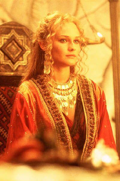 Elena di Sparta, rapita dal principe troiano Paride, diede l'occasione propizia agli atridi di radunare tutti gli achei secondo un patto di pace proposto da Ulisse. Nella realtà i micenei attaccarono Troia poiché era un'intralcio al commercio nel mar nero poiché ne controllava l'accesso
