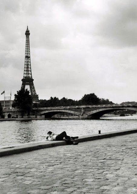 """Mancarsi fa male quando rimane la voglia di te…(Alessandra Amoroso, da""""A tre passi da te"""")Fotografia di Robert Capa"""