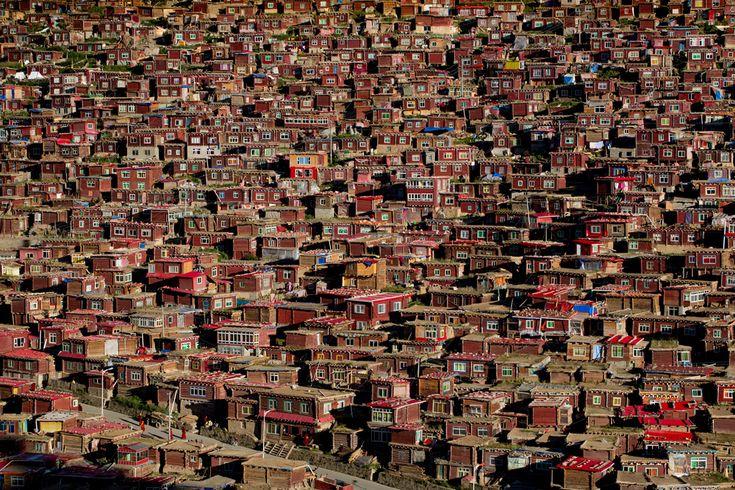 Vincitore categoria Architettura. La valle dell'accademia buddista di Larung Gar, provincia del Sichuan, Cina, 2013. - (Jørgen Johanson, Sipa contest)
