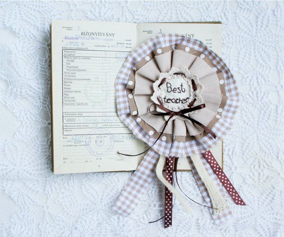 Best teacher Badge rosette Teachers Present by PrettyFeltThings #bestteacher #badge #rosette #teacherpresent #endofschool