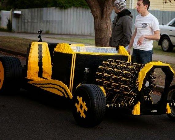 El coche hecho con piezas de Lego