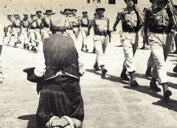 Ένας Ελληνοκύπριος γέροντας υποδέχεται γονατιστός τους στρατιώτες της Μητέρας Ελλάδας - ΕΛΔΥΚ (1960)