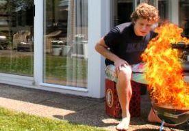 """8-Jun-2015 17:15 - AANTAL BARBECUEGEWONDEN DIT WEEKEND IS 'ALARMEREND'. Zeven mensen zijn dit weekend in een brandwondencentrum beland na een ongeluk met brandbare vloeistoffen in combinatie met een barbecue of een vuurkorf. Onder hen waren drie kinderen. De Nederlandse Brandwonden Stichting grijpt dit """"alarmerend hoog aantal"""" aan om nogmaals te waarschuwen voor de gevaren van brandbare vloeistoffen. Op de website van de stichting staan barbecuetips en een kennistest. Vorig jaar..."""