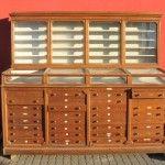 Archivio o espositore gioielli con mensoliera, esposizione e cassetti. Fine Ottocento primi del Novecento. Arredi industriali d'epoca