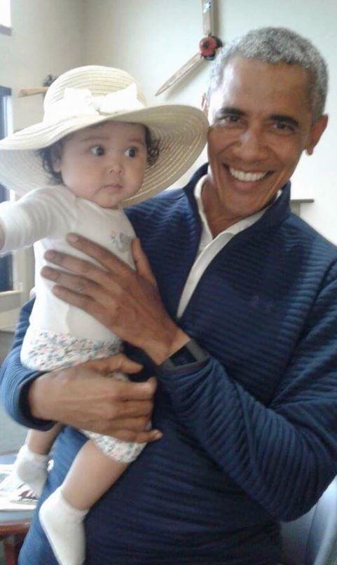 My President with this Little Angel at the airport! Such an Adorable picture!!