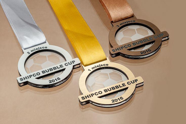 Medale na zawody sportowe wykonane z pleksi oraz laminatu grawerskiego. Napisy oraz grafika na medalu grawerowane.
