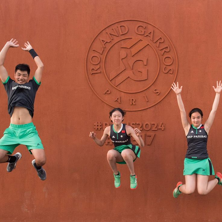 Ballkids from the @chinaopen spend a fortnight on the terre battue. 🏃🏻‍♀️🏃🏻💨🙋🏻‍♂️🎾🙋🏻 #RG17