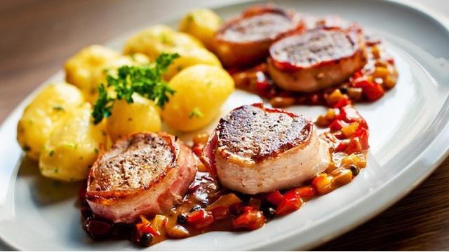 Bravčová panenka obalená v anglickej slaninke s tymianovými baby zemiakmi a figovým dipom: