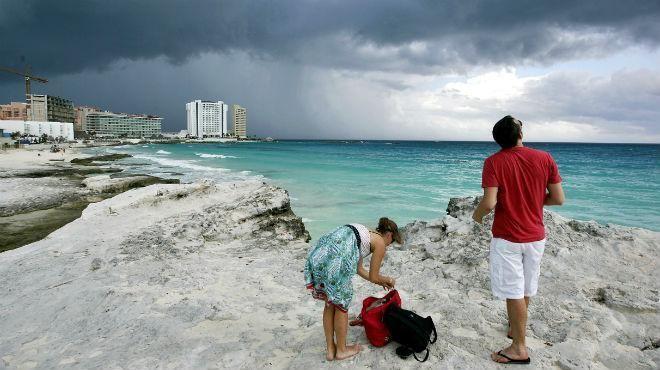 Detalló que el primer fenómeno climático se extenderá sobre el oriente de la Península de Yucatán y, en su avance hacia el oeste, ocasionará precipitaciones fuertes a muy fuertes en la región.