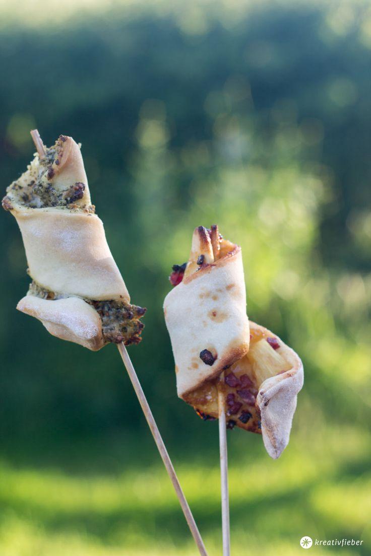 Pizzasticks Pesto oder Hawaii ganz einfach selber machen. Perfekt fürs Partybuffet als Fingerfood. Mit Rezept für DIY Ananas BBQ Soße.