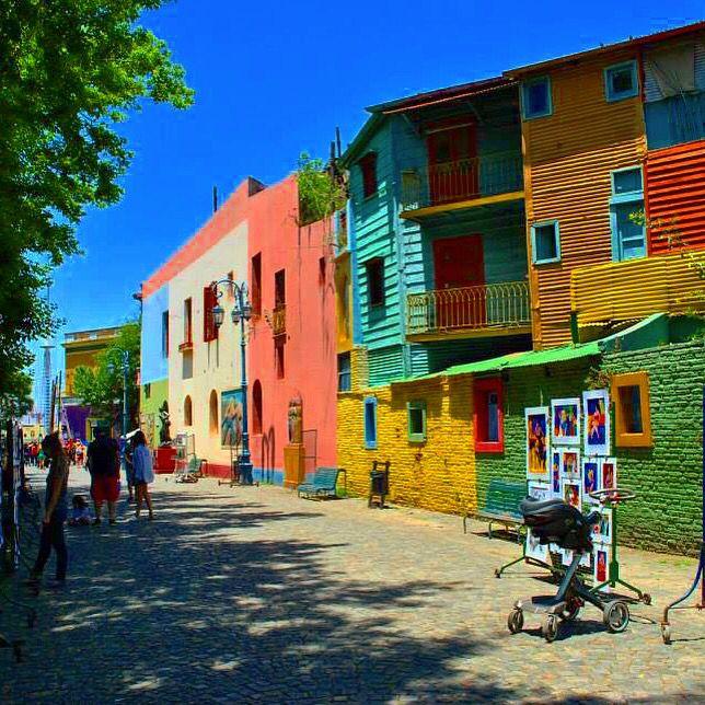 Barrio de Caminito, La Boca, Buenos Aires, Argentina. Ideal para buenas fotografía y conocer el ambiente porteño de la capital argentina.