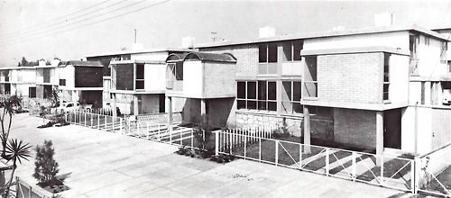 Conjunto de viviendas en Ciudad Satélite, Ciudad Satélite, Naucalpan, Estado de México, México 1964  Arq. Abraham Zabludovsky  Foto: Brehme -  Townhouses, Cuidad Satelite, Naucalpan, State of Mexico, Mexico 1964
