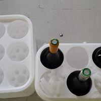 Sześciopak jest idealnym rozwiązaniem do zabezpieczenia win butelkowanych w transporcie kurierskim. W okresie letnim do opakowania na wino można wsypać suchy lód aby schłodzone wino przetransportować na miejsce przeznaczenia.   Więcej => https://www.facebook.com/media/set/?set=a.1396335870430943.1073741850.420625448001995&type=3
