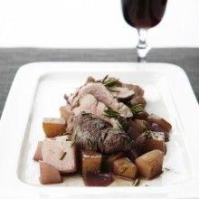 Gebakken aardappeltjes met varkenshaasje en rode wijn. Snijd de geschilde aardappelen in blokjes van 1,5 cm. Bak ze gedurende 5 minuten samen met de look in olijfolie op hoog vuur. Snijd het varkenshaasje in 4 stukken en voeg toe aan de aardappelblokjes. Kruid met rozemarijn, peper en zout en bak gedurende 5 minuten. Snijd de rode ui en raapjes in stukken. Voeg …