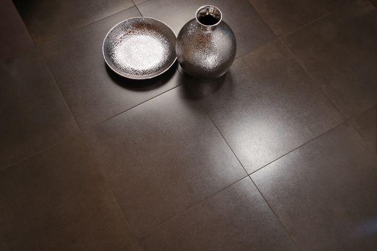 Piastrella in gres porcellanato dal gusto moderno e originale. La superficie è cosparsa di polvere metallica che la rende luminosissima