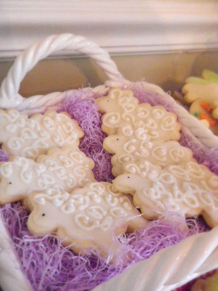 Blue Ribbon Kitchen: EASTER KIDS TABLE.  Lamb sugar cookies. Little decorated sheep.