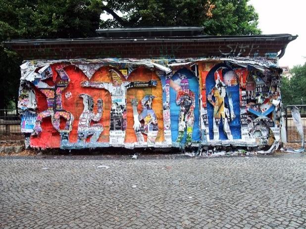 'Bat ArT Error', Plakat-Relief in Berlin