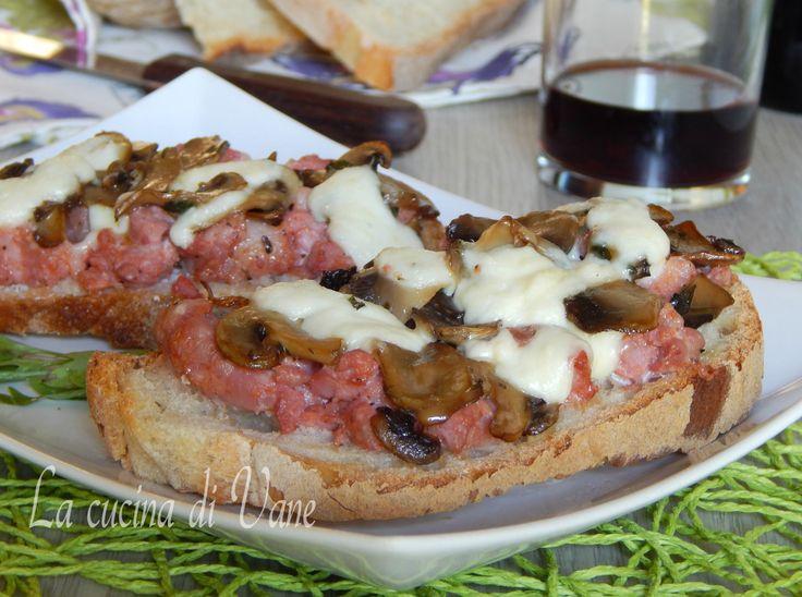 Crostini con salsiccia funghi e stracchino una ricetta gustosa facile e veloce da fare. Ricetta per antipasto appetitoso dai profumi autunnali con funghi