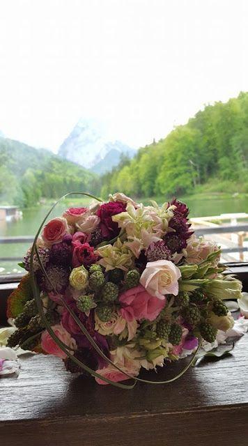 Brautstrauß mit Beeren und Rosen, kleine Hochzeit im
