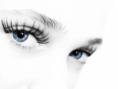 Μάτια κοντά τό ἕνα στό ἄλλο