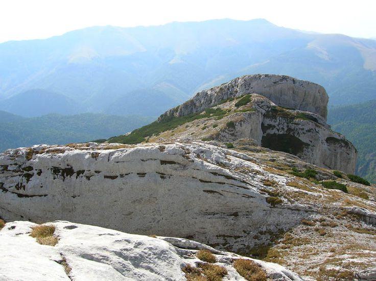 Romania Megalitica: Valea Cernei. Iovan Iorgovan! Cheile Corcoaiei! Infiorator de frumos!