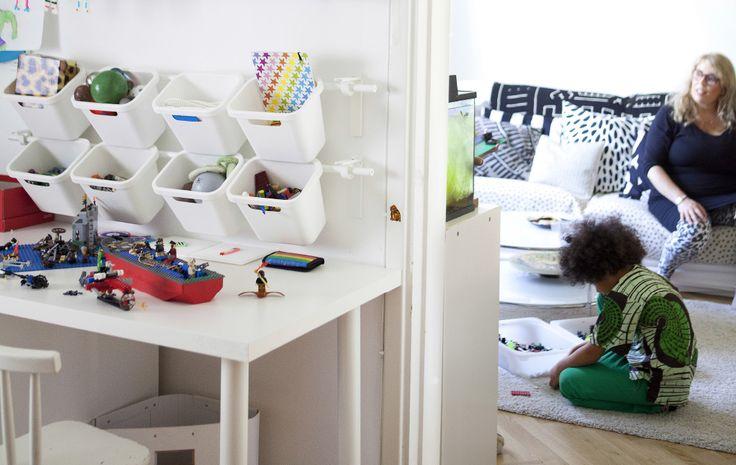 Ajoutez des rangements muraux pour ranger les jouets
