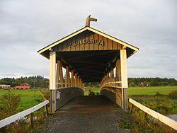 Katettu silta Suomessa / in Finland: Vuonna 2001 valmistunut Poukkasilta ylittää Loimijoen Ypäjän hevosopiston luona.