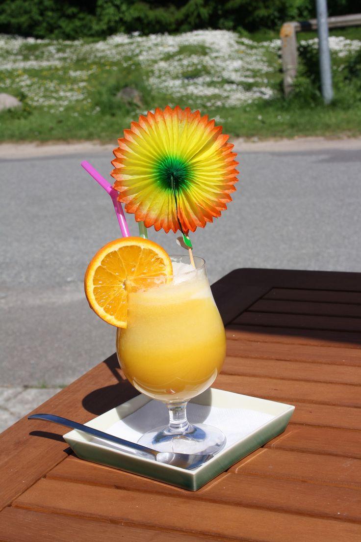 #AquaLimone hedder sommerens #alkoholfrie #tørstslukker no.1. Appelsinjuice, mineralvand og 1 kugle citronsorbet, serveret på Noorbohandelens terrasse. Det er sommer når den er bedst. #nyd #dansk #sommer #taste #danish #summer #nyord #café #noorbohandelen #govisitmoen
