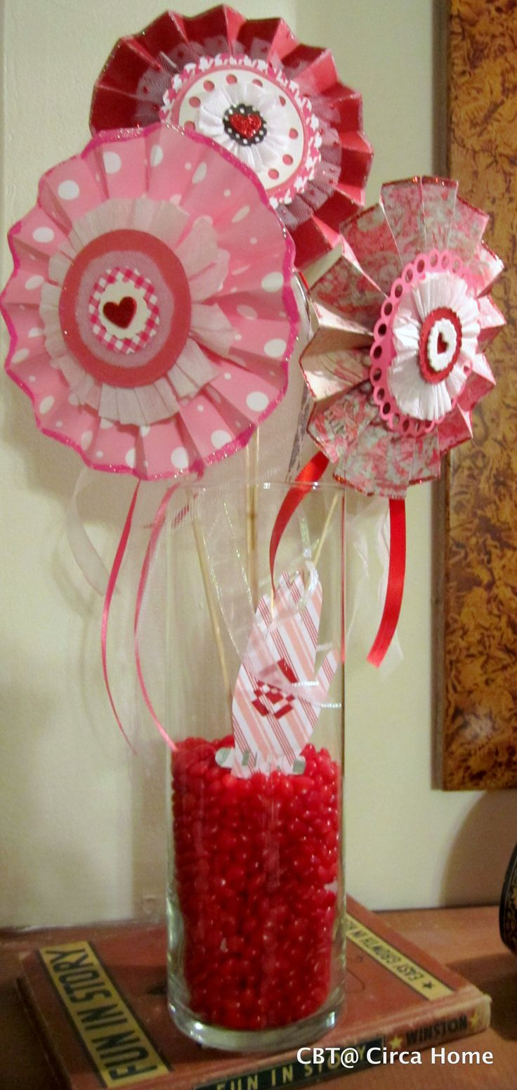 "Valentine rosettes in red hot candies with mini ""heart in hand"""