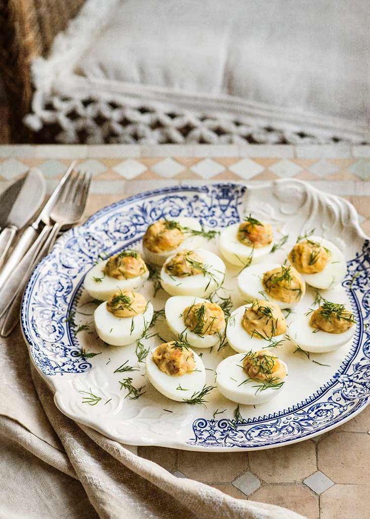 Receta fácil de huevos rellenos, huevos duros acompañados de salmón y sazonados con mayonesa y hierbas. Con fotos paso a paso