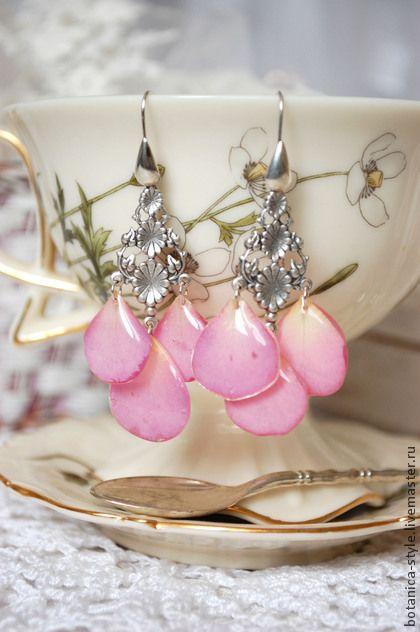 Серьги с лепестками `Rosarium`. Романтичные длинные серьги с посеребренной фурнитурой. Благородные лепестки миниатюрной розы очаровательного нежно-розового цвета. Очень-очень легкие.   Розовый цвет роз выражает благодарность и гордость, симпатию и…